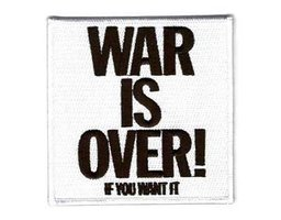 John Lennon opstrijk patch 'War is Over!'